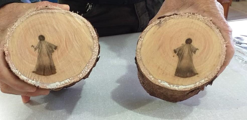 Imagem de Jesus Cristo surge no tronco de árvore
